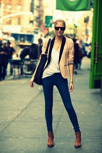 La versatilità di un blazer beige e jeans blu scuro li rende capi in cui vale la pena investire. Scegli un paio di stivaletti come calzature per un tocco virile.