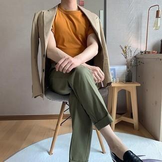 Come indossare e abbinare una t-shirt girocollo terracotta: Abbina una t-shirt girocollo terracotta con pantaloni eleganti verde oliva, perfetto per il lavoro. Scegli uno stile classico per le calzature e prova con un paio di mocassini eleganti in pelle neri.