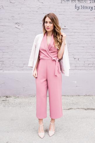 Come indossare: blazer beige, tuta rosa, décolleté in pelle beige