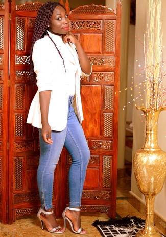 Come indossare: blazer bianco, dolcevita bianco, jeans aderenti azzurri, sandali con tacco in pelle argento