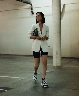 Come indossare e abbinare: blazer bianco, pantaloncini ciclisti neri, scarpe sportive nere e bianche, pochette in pelle nera