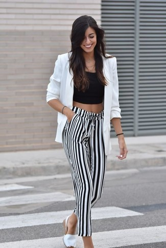 5e22a14189ac Come indossare: blazer bianco, top corto nero, pantaloni larghi a righe  verticali bianchi