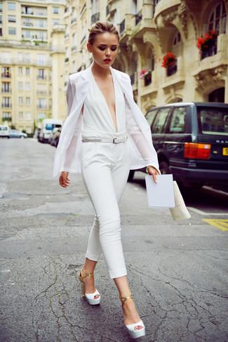 Come indossare e abbinare: blazer bianco, tuta bianca, sandali con tacco in pelle bianchi, cintura in pelle bianca