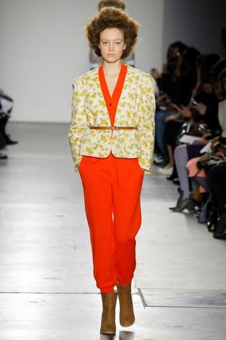 Come indossare e abbinare: blazer a fiori bianco, tuta rossa, stivaletti in pelle marroni, cintura a vita alta in pelle marrone chiaro