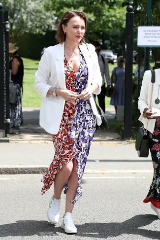 Look alla moda per donna: Blazer bianco, Vestito lungo a fiori multicolore, Sneakers basse bianche, Orologio argento