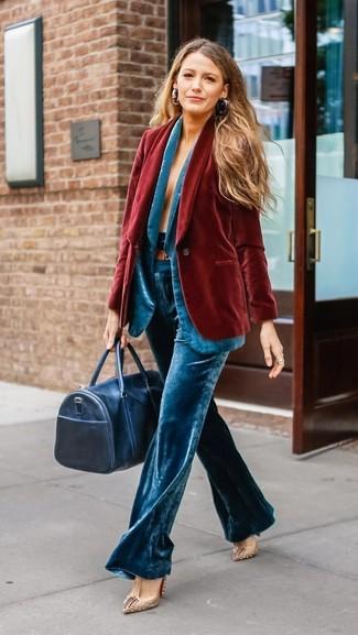 Come indossare: blazer di velluto rosso, blazer di velluto acqua, pantaloni larghi di velluto acqua, décolleté in pelle con borchie beige