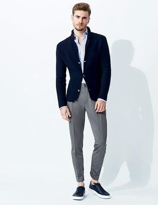Trend da uomo 2020: Opta per un blazer lavorato a maglia blu scuro e chino grigi per essere elegante ma non troppo formale. Se non vuoi essere troppo formale, mettiti un paio di sneakers basse in pelle blu scuro.