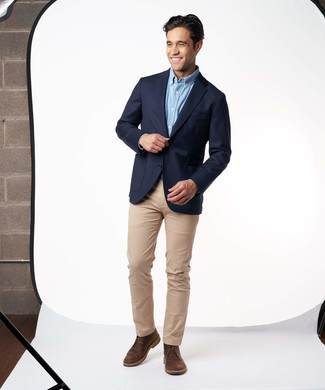 Come indossare e abbinare: blazer blu scuro, camicia a maniche lunghe azzurra, chino marrone chiaro, chukka in pelle marrone scuro
