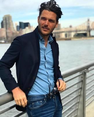 Come indossare e abbinare jeans blu scuro: Metti un blazer blu scuro e jeans blu scuro per creare un look smart casual.