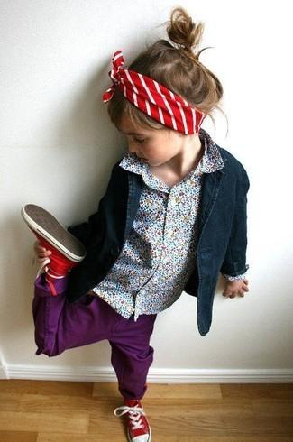 Come indossare: blazer blu scuro, camicia a maniche lunghe azzurra, jeans viola melanzana, sneakers rosse
