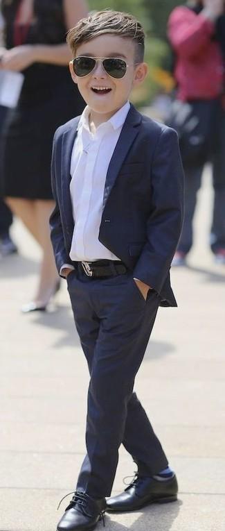 Come indossare e abbinare: blazer blu scuro, camicia a maniche lunghe bianca, pantaloni blu scuro, scarpe oxford nere