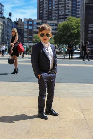 Come indossare e abbinare: blazer blu scuro, camicia a maniche lunghe bianca, pantaloni blu scuro, scarpe oxford blu scuro