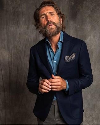 Come indossare e abbinare: blazer di lana blu scuro, camicia di jeans blu, pantaloni eleganti di lana grigi, fazzoletto da taschino grigio