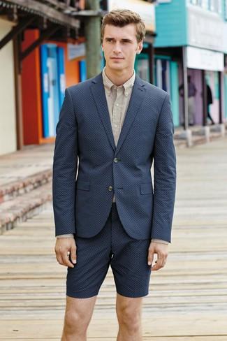 Come indossare e abbinare: blazer blu scuro, camicia elegante beige, pantaloncini blu scuro