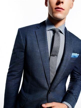 Una combinazione smart casual di un blazer scozzese blu scuro e una camicia elegante a pois grigia si rivela adatta in molte occasioni diverse.