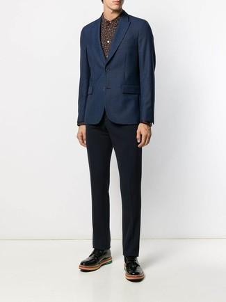 Come indossare e abbinare: blazer blu scuro, camicia elegante stampata nera, pantaloni eleganti blu scuro, scarpe derby in pelle nere