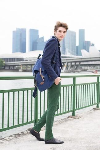 Come indossare e abbinare chino verde scuro: Potresti abbinare un blazer blu scuro con chino verde scuro per un abbigliamento elegante ma casual. Opta per un paio di mocassini eleganti in pelle neri per mettere in mostra il tuo gusto per le scarpe di alta moda.