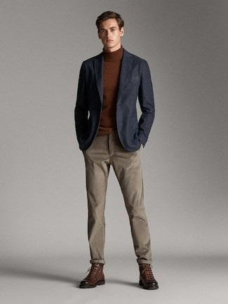 Come indossare e abbinare: blazer blu scuro, dolcevita marrone, chino marroni, stivali casual in pelle marroni
