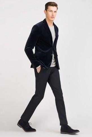 Come indossare e abbinare chukka in pelle scamosciata nere: Potresti abbinare un blazer di velluto blu scuro con pantaloni eleganti blu scuro per un look elegante e di classe. Scegli un paio di chukka in pelle scamosciata nere come calzature per avere un aspetto più rilassato.