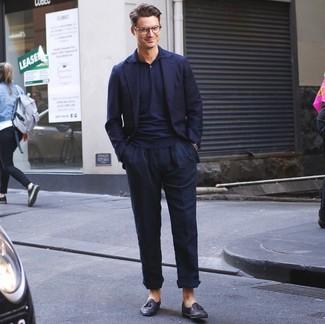 Come indossare e abbinare: blazer blu scuro, polo blu scuro, chino di lino blu scuro, mocassini con nappine in pelle neri
