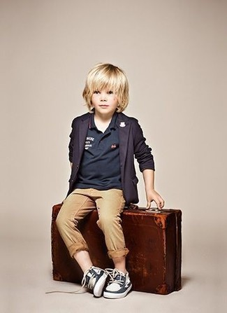Come indossare: blazer blu scuro, polo blu scuro, pantaloni marrone chiaro, scarpe da barca blu scuro