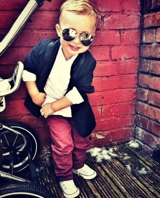 Come indossare e abbinare: blazer blu scuro, t-shirt bianca, pantaloni rossi, sneakers bianche