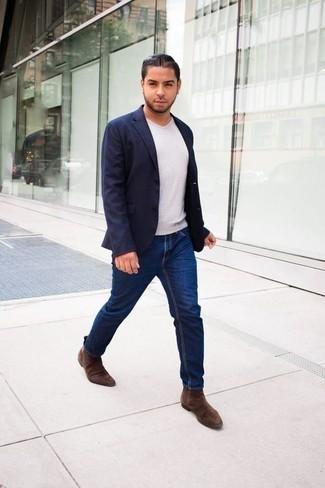 Come indossare e abbinare una t-shirt con scollo a v bianca: Coniuga una t-shirt con scollo a v bianca con jeans blu scuro per affrontare con facilità la tua giornata. Scegli uno stile classico per le calzature e mettiti un paio di stivali chelsea in pelle scamosciata marroni.