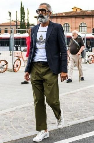 Trend da uomo 2020 in estate 2020: Opta per un blazer blu scuro e chino verde oliva per un look da sfoggiare sul lavoro. Per un look più rilassato, scegli un paio di sneakers basse in pelle bianche come calzature. Una magnifica scelta per essere elegante e perfettamente alla moda anche in estate.