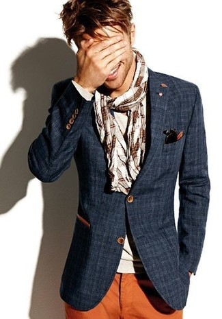 Distinguiti anche negli ambienti più alla moda con un blazer scozzese blu scuro di Ermenegildo Zegna e pantaloni chino terracotta.