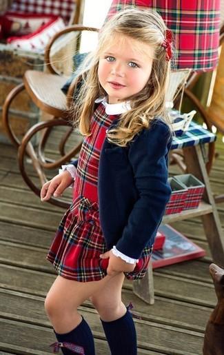 Come indossare: blazer blu scuro, vestito scozzese rosso, calzini lunghi blu scuro