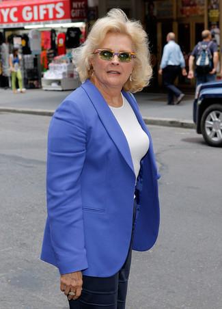 Trend da donna: Indossa un blazer blu e pantaloni larghi di seta blu scuro per un elegante abbigliamento da ufficio.