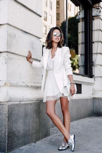 Come indossare e abbinare: blazer bianco, blusa abbottonata bianca, gonna a pieghe di pizzo bianca, mocassini eleganti in pelle argento