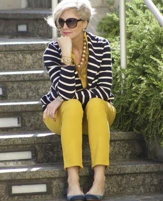 Come indossare: blazer a righe orizzontali blu scuro e bianco, blusa abbottonata senape, pantaloni skinny senapi, ballerine in pelle scamosciata grigie