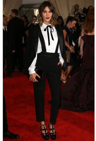 Come indossare: blazer di velluto nero, blusa abbottonata di pizzo bianca, pantaloni stretti in fondo neri, décolleté in pelle tagliati neri