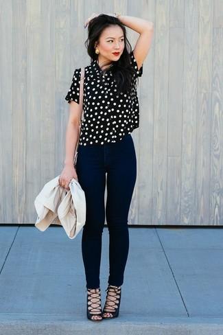 Come indossare: blazer beige, camicetta manica corta a pois nera e bianca, jeans aderenti neri, sandali gladiatore in pelle scamosciata neri