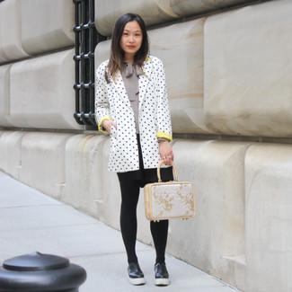 Come indossare: blazer a pois bianco e nero, camicetta manica lunga grigia, gonna a pieghe nera, mocassini con zeppa in pelle neri