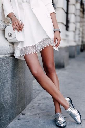 Come indossare: blazer bianco, camicetta manica lunga di seta bianca, gonna a pieghe di pizzo bianca, mocassini eleganti in pelle argento