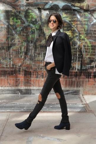 Come indossare: blazer nero, camicetta manica lunga con volant bianca, jeans aderenti strappati neri, stivaletti in pelle scamosciata blu scuro