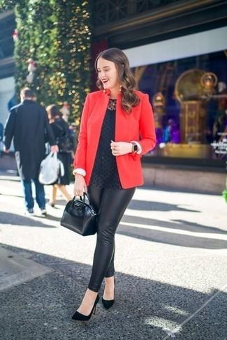 Come indossare: blazer rosso, camicetta manica lunga a pois nera, leggings in pelle neri, décolleté in pelle scamosciata neri