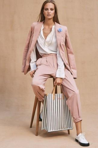 Come indossare: blazer rosa, camicetta manica lunga bianca, pantaloni stretti in fondo rosa, sneakers basse in pelle bianche e nere