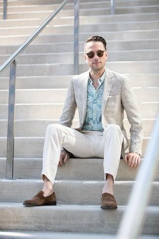 Come indossare e abbinare un blazer beige: Indossa un blazer beige e chino bianchi per un look davvero alla moda. Prova con un paio di mocassini eleganti in pelle scamosciata marroni per un tocco virile.
