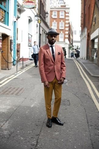 Trend da uomo 2020: Combina un blazer rosa con chino terracotta per un look davvero alla moda. Lascia uscire il Riccardo Scamarcio che è in te e indossa un paio di scarpe derby in pelle nere per dare un tocco di classe al tuo look.