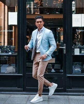 Come indossare e abbinare una camicia a maniche corte bianca: Per un outfit quotidiano pieno di carattere e personalità, scegli un outfit composto da una camicia a maniche corte bianca e chino marrone chiaro. Rifinisci questo look con un paio di sneakers basse in pelle bianche.