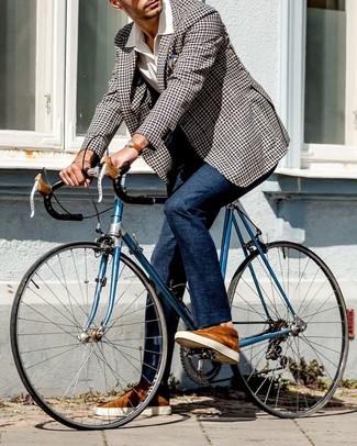 Come indossare e abbinare: blazer a quadretti nero e bianco, camicia a maniche corte bianca, pantaloni eleganti blu scuro, sneakers basse in pelle scamosciata terracotta