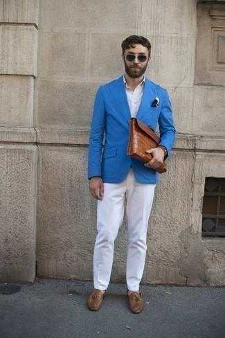 Trend da uomo 2020: Una scelta semplice come un blazer acqua e pantaloni eleganti bianchi può distinguerti dalla massa. Mocassini con nappine in pelle marroni sono una buona scelta per completare il look.