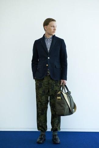 Come indossare e abbinare: blazer di cotone blu scuro, camicia a maniche lunghe a righe verticali blu scuro e bianca, chino mimetici verde oliva, scarpe derby in pelle nere