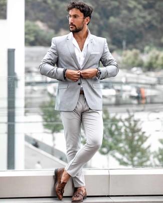 Come indossare e abbinare: blazer grigio, camicia a maniche lunghe bianca, chino grigi, mocassini con nappine in pelle marroni