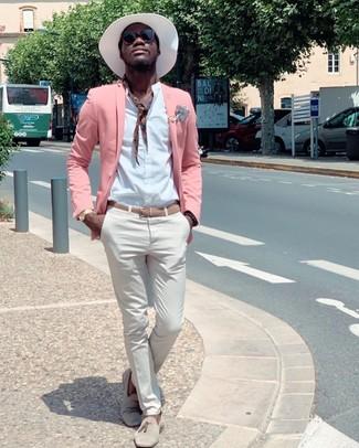 Come indossare e abbinare: blazer rosa, camicia a maniche lunghe bianca, chino bianchi, mocassini con nappine in pelle scamosciata beige