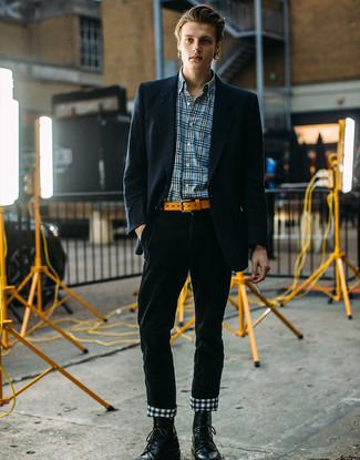 Come indossare e abbinare: blazer a righe verticali blu scuro, camicia a maniche lunghe scozzese blu, chino di velluto a coste verde scuro, stivali casual in pelle neri