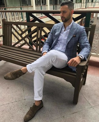 Come indossare e abbinare: blazer scozzese azzurro, camicia a maniche lunghe stampata azzurra, chino bianchi, scarpe double monk in pelle scamosciata marroni